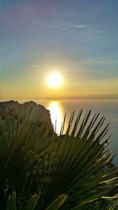 Im Norden von Mallorca gibt es den vielleicht schönsten Sonnenuntergang der Insel zu sehen. Ideal für Paare, die ihren Urlaubstag romantisch ausklingen lassen wollen!