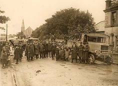 Children chatting to troops passing through to an attack on Irregulars Stronghold Ireland 1916, Dublin Ireland, Today Images, Civil War Photos, England And Scotland, Troops, Old Things, Around The Worlds, History