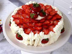 Maffig sommartårta med grädde, jordgubbar och marsansås smaksatt med fläder.