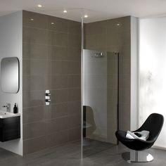 Elegantie en finesse voor uw badkamer. En dat tegen een bijzonder aantrekkelijke prijs. Zowel bij vlakke vloermontage als bij montage op vlakke douchebakken creëren de Urban glazen scheidingswanden een waas van onafhankelijkheid. U kunt zelf kiezen: bevestiging met de tot 2700 mm hoge plafondsteun of met horizontale, slanke wandtraverse. Volledig volgens uw persoonlijke smaak en de situatie van uw badkamer. Bij Urban is de Cleartec-behandeling voor een gemakkelijk onderhoud standaard.