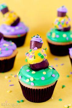 Topsy Turvy triple decker Mardi Gras Cupcakes recipe and tutorial.a treat as wild as Mardi Gras itself! Mardi Gras Cupcake Recipe, Cupcake Icing, Cupcake Cookies, Cupcake Recipes, Big Cupcake, Mardi Gras Food, Mardi Gras Beads, Mardi Gras Party, Cupcakes Lindos