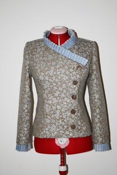 Fitted jacket made with tapestry anddenim fabrics.