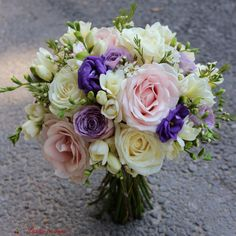 #colors #scent #bride #bouquet #wedding #flowers #madewithjoy #paulamoldovan #livadacuvisini #buchet #nunta #mireasa #nasa #cununie #trandafiri #roses #frezii #fresia Bride Bouquets, Bouquet Wedding, Wedding Flowers, Decoration, Nasa, Floral Wreath, Wreaths, Plants, Roses