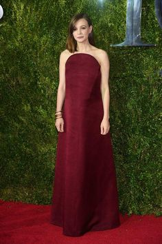 Carey Mulligan Strapless Dress - Carey Mulligan stuck to her signature minimalist style with this loose red strapless gown by Balenciaga when she attended the Tony Awards. Carey Mulligan, Tony Award, Tulle Dress, Strapless Dress Formal, Dress Prom, Homecoming Dresses, Party Dress, Glamouröse Outfits, Info People