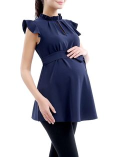 Kimi + Kai Karlena Maternity Top Woven polyester top Ruffle stand collar Flutter sleeve Keyhole at front Self-tie detail at waist Material: 100% polyester Care: Machine wash Brand: Kimi + Kai Origin: Importado