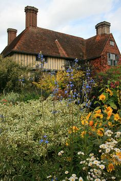 GREAT DIXTER GARDENS | Flickr - Photo Sharing! Beautiful Gardens, Beautiful Homes, Lasy, Perennial Flowering Plants, Castles In England, Famous Gardens, Still Life Photos, English House, Garden Painting