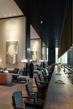 Bar counter spanning the full lenght of the lobby of The Puli Hotel, Shanghai.