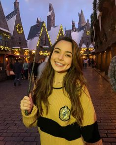 and here we have a happy hufflepuff in her natural habitat 💛🖤✨ People With Dimples, Girls With Dimples, Twin Girls, Twin Sisters, Merrell Twins Instagram, Merell Twins, Veronica And Vanessa, Veronica Merrell, Vanessa Merrell