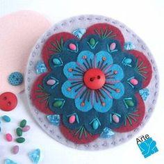 felt flowers (no tutorial, just inspiration) I love the top Felt Diy, Felt Crafts, Fabric Crafts, Felt Embroidery, Felt Applique, Felt Flowers, Fabric Flowers, Felt Bookmark, Wool Quilts
