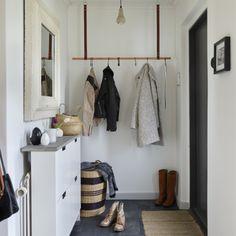 klädupphängning på stång av koppar med läderremmar
