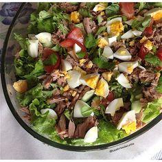 Salada de atum com ovo cozido, rúcula, alface, tomate, pepino, manjericão    Ingredientes:   6 folhas de alface em pedaços   3 ovos cozido...