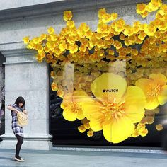 Apple Store shop window display using flowers spelling into the facade Window Display Retail, Window Display Design, Spring Window Display, Visual Merchandising Displays, Visual Display, Giant Flowers, Paper Flowers, Decoration Vitrine, Flowers Decoration