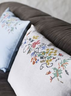 Cross stitch pillows - love these! Cross Stitch Pillow, Cross Stitch Love, Modern Cross Stitch Patterns, Cross Stitch Designs, Cross Stitching, Cross Stitch Embroidery, Diy Cushion Covers, Looks Vintage, Fabric Manipulation
