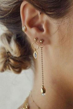 STYLE Asymmetrical drop earrings with teardrop opals.STONE Welo Ethiopian Opal Ethiopian Opals carry positive dragon energy, for both person Jewelry Accessories, Fashion Accessories, Fashion Jewelry, Jewelry Design, Trendy Accessories, Cute Piercings, Piercing Tattoo, Ear Piercing, Septum