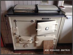 www.agakookhuisjantrus.nl Deze hebben wij nog niet gezien. Een AGA met vierkante deksels. Deze erg mooie oude AGA mag met pensioen. Klant gaat over op een nieuwere versie