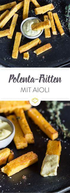 Die Polenta-Fritten aus Maisgrieß werden im Backofen wunderbar kross und kommen anschließend mit Knoblauch-Dip auf die Teller.