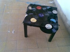 - Vinyl Philosophy -: Things to do with old Vinyl Records # 1 - Tables! Vynil Records, Old Vinyl Records, Vinyl Cd, Record Crafts, Record Decor, 50s Decor, Vintage Crafts, Recycled Crafts, Cool Things To Buy