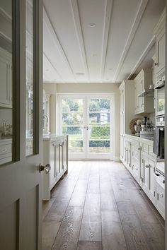 A contemporary farmhouse style location house in Wandsworth. White and neutral throughout with a good sized rear garden. Kitchen Patio Doors, One Wall Kitchen, Victorian Farmhouse, Farmhouse Style, Home Living Room, Living Room Decor, 1930s House Renovation, Edwardian House, Victorian Interiors