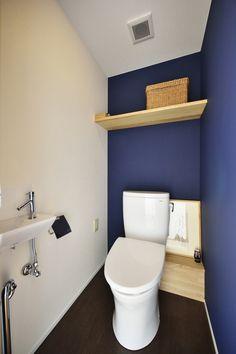 K邸・暮しを彩る収納のある家の部屋 白・紺のコントラストが爽やかなトイレ