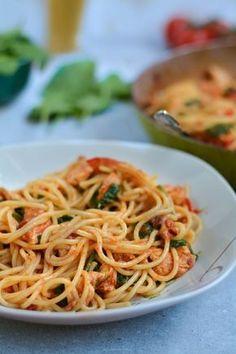 Spaghetti z kurczakiem, pomidorem i szpinakiem Aż sama nie mogę uwierzyć, że na blogu pojawił się przepis na obiad i to jeszcze na makaron! Strasznie się bałam takich dań, bo dużo łatwiej dla mnie sfotografować apetyczne, pełne czekolady ciasto niż… Continue Reading → Spaghetti, Recipies, Wordpress, Food And Drink, Lunch, Eat, Cooking, Ethnic Recipes, Pierogi