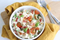 Ik heb rijstsalades weer helemaal herontdekt. Deze rijstsalade met spek en bosui is nu echt favoriet, zo lekker en heel erg simpel om te maken. Je kunt de rijstsalade bij de lunch serveren, bij het av