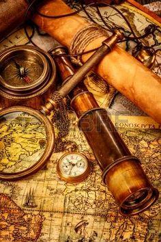 Lupa Vintage, br?jula, telescopio y un reloj de bolsillo que miente en un viejo mapa. photo