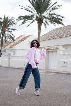 Este look con sudadera rosa y pantalones anchos con raya lateral combinados con unas sneakers rosas, es especial para esta iniciante primavera, exótico, cómodo y muy trendy.