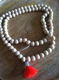 Collier shamballa perles de bois et pompon corail : Collier par tara-jewelry