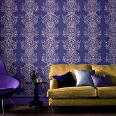 Wandgestaltung mit Tapeten in lila Nuancen