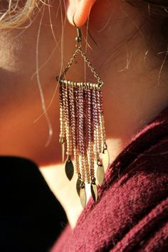 """Boucles """"Jade"""" Création unique! Bijoux bohème Boucles """"Jade"""" Création unique D'inspiration ethnique et bohème ces boucles sont habillées de perles de rocaille dans les tons de vieux rose, doré et de breloque couleur bronze. Avec la lumière des nuances apparaissent, avec le mouvement elles restent fluide et légère. Metal couleur bronze et perles de rocaille Le sautoir assorti peut être créé sur commande. http://www.alittlemarket.com/boutique/bijouxsans_fin-917875.html"""