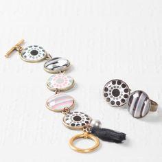 Trendiges  Armband mit Glascabochons, Motivbögen im Boho Style und Quasten.