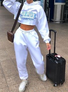 streetwear fashion minimalistic less is more ladies lady women stylish urban culture look trend styles chic street fashion fashionable casual jeans Cute Lazy Outfits, Chill Outfits, Sporty Outfits, Urban Outfits, Swag Outfits, Retro Outfits, Mode Outfits, Stylish Outfits, Fashion Outfits