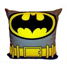 A Almofada Batman é inspirada no uniforme do heroi das versões em quadrinhos e também do desenho animado. O personagem mais popular da DC Comics estará sempre pronto para proteger seu quarto ou sala.