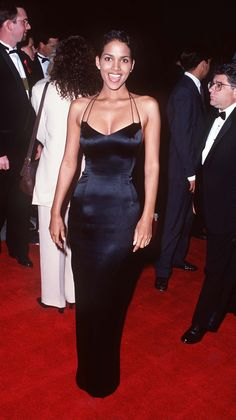 Here, Vogue looks back at 18 times when Halle Berry looked enviable in microshades, strapless gowns and more during the Black 90s Fashion, 2000s Fashion, Estilo Halle Berry, Halle Berry Style, Halle Berry Body, Hally Berry, Fashion Clothes, Fashion Outfits, Dress Fashion