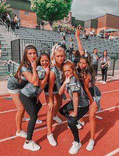 Cool Cheer Stunts, Cheerleading Pictures, Cheer Picture Poses, Cheer Poses, Football Cheer, Football Outfits, Besties, Bff, Cheer Team Pictures