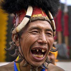 Un uomo di etnia Naga si esibisce in una danza in abiti tradizionali durante la Festa del bucero in India