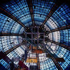 Fotografia analógica da Galeries Lafayette em Paris por Jorge Sato. | Analog photography of Galeries Lafayette in Paris by Jorge Sato.