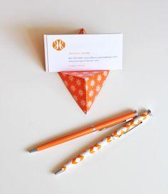 手作りでオシャレな席札スタンドを100均の折り紙を使って作る方法をご紹介します。折り紙の色やデザイン次第で色々なテイストの席札スタンドになるので、あなたの結婚式にピッタリのものが作れますよ。あなたのオリジナルの結婚式に取り入れてみてはいかがでしょう?