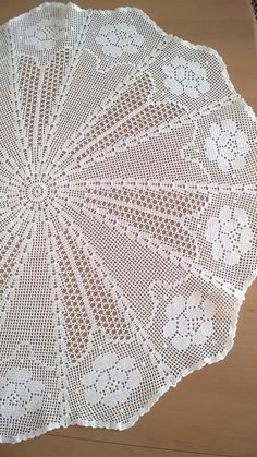 Large doily, lace tablecloth, crochet filet, handmade Mantel de encaje tapete grande crochet filete hecho a mano Filet Crochet, Crochet Doily Diagram, Crochet Doily Patterns, Thread Crochet, Crochet Doilies, Mode Crochet, Crochet Home, Hand Crochet, Crochet Table Topper