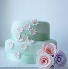 stapeltaart met fondant bloemen / wedding cake with fondant flowers - blog: www.bekentenissenvaneenzoetekauw.nl
