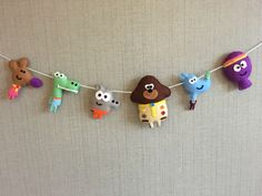 Hey duggee garland, felt garland, hey duggee decor Hobbies And Crafts, Diy And Crafts, Felt Baby Shoes, Felt Ornaments Patterns, Baby Birthday, Birthday Ideas, Cardboard Toys, Felt Garland, Sewing Art