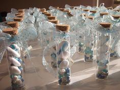 Provetta in vetro alta 10 cm contente 5 confetti al cioccolato dei quali 2 decorati: - 2 con soggetti assortiti ( le varie combinazioni verrano scelte insieme e specificate in fase di elaborazione...