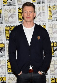 Chris Evans from The Avengers and Captain America wearing a Gents Crew Neck T-shirt at San Diego Comic-Con International. Bailey please do not cry but yes he was there as well! Hollywood Scenes, Robert Evans, Male Fashion Trends, Chris Evans Captain America, Set Me Free, Big Muscles, Marvel Actors, Hot Actors, Steve Rogers