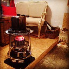 """ソファも入れ替わりストーブも点火しております。わんちゃんお連れの皆さまストーブお気をつけてくださいませ。#ハイペット #フジカ #ストーブ #やかん #ソファ #カフェ #ギャラリー #立川 #stove """"Hi PET FUJIKA"""" #madeinjapan #powerful #heating #kettle #sofa #dog #cafe #gallery #tachikawa #tokyo galleria_salone #haveaniceday"""