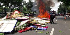 Buruh Bakar Karangan Bunga Untuk Ahok, Netizen: Alhamdulillah... Terima Kasih, Buruh!