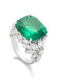 Bague en platine sertie d'une émeraude taille coussin (environ 11,50 carats), de 30 diamants taille marquise (environ 5,40 carats) et de 2 diamants taille brillant (environ 0,32 carat). Photo : Piaget