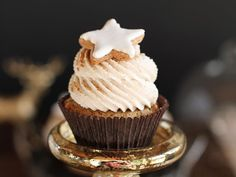 { 24 Days of Cookies } – Day Zimtstern Cupcakes Cinnamon Cupcakes, Yummy Cupcakes, Star Cupcakes, Vanilla Recipes, Sweet Recipes, Wedding Cakes With Cupcakes, Cupcake Cakes, Cupcake Recipes From Scratch, Valentine Desserts