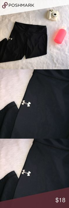 *Under Armour* black crop workout leggings Lots of life left perfect for your next workout. Under Armour Pants Ankle & Cropped
