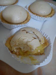 Ingrédients: Pour la pâte 250 gr beurre 120 g sucre glace 1 œuf 1/2 levure chimique Farine Pour la crème à l'orange: Jus de 4 oranges 20 g beurre 3 œuf 1 v