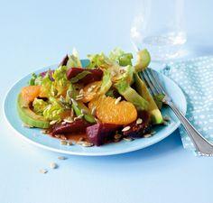 Orangenfilets und -dressing sorgen für Zitrusfrische, Sonnenblumenkerne für tollen Biss.